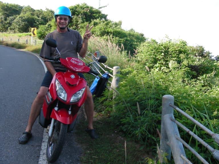 Le scooter, engin idéal pour se déplacer à Phuket.