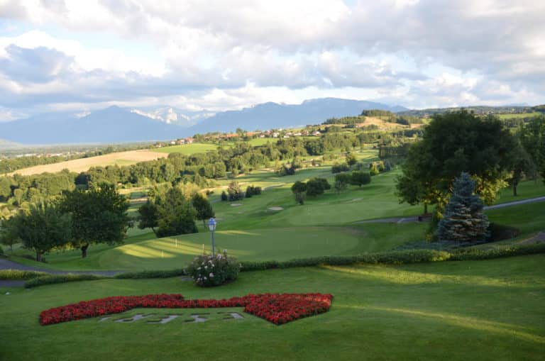Le green du 9 du superbe parcours du GC Esery, vu depuis la terrasse du Clubhouse.