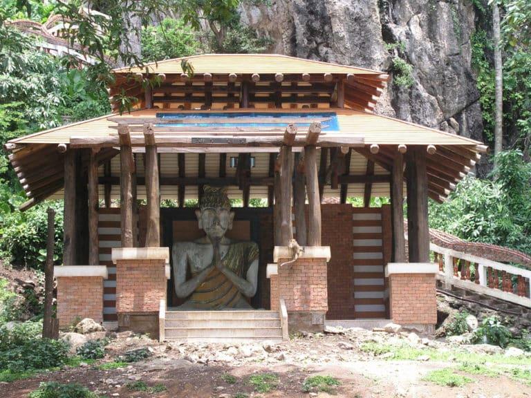 Un petit temple sur les hauteurs de Chiang Rai