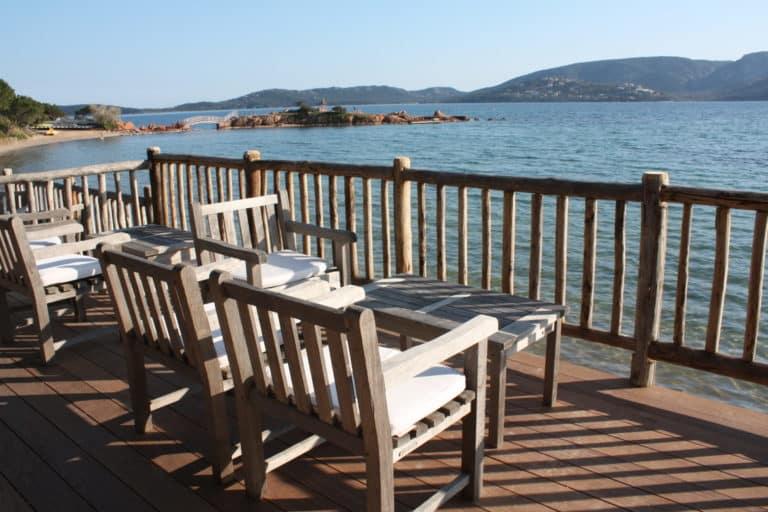 À côté des plages, il faut prendre un rafraîchissement su une des terrasses de l'hôtel Cala Rossa en Corse.