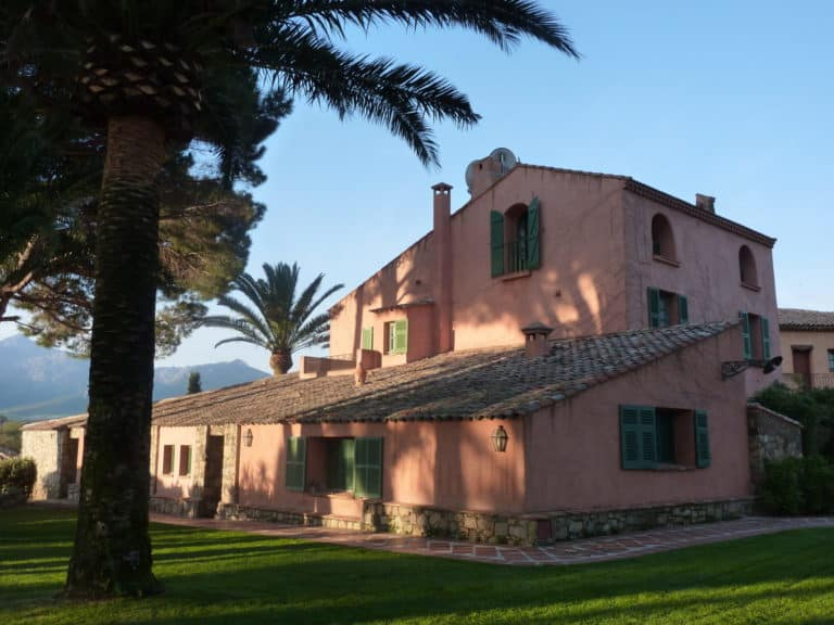Le magnifique bâtiment du Relais& Châteaux La Signoria à Calvi, en Corse